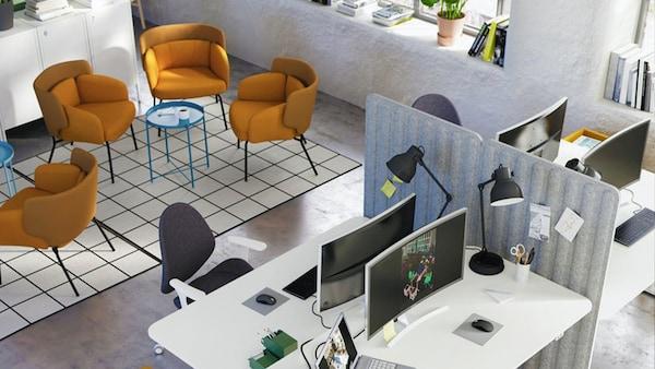Deel van een ruimte met ontspanningszones, stoelen en een salontafel, een zone met bureaus, schermen, stoelen en opbergruimte.