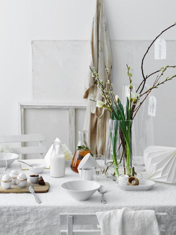 Dekket påskebord med gåsunger og hvitt servise.