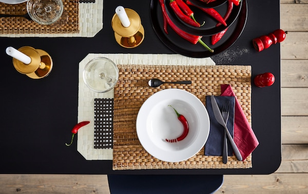 Deko Ideen für einen gedeckten Esstisch mit roten Details