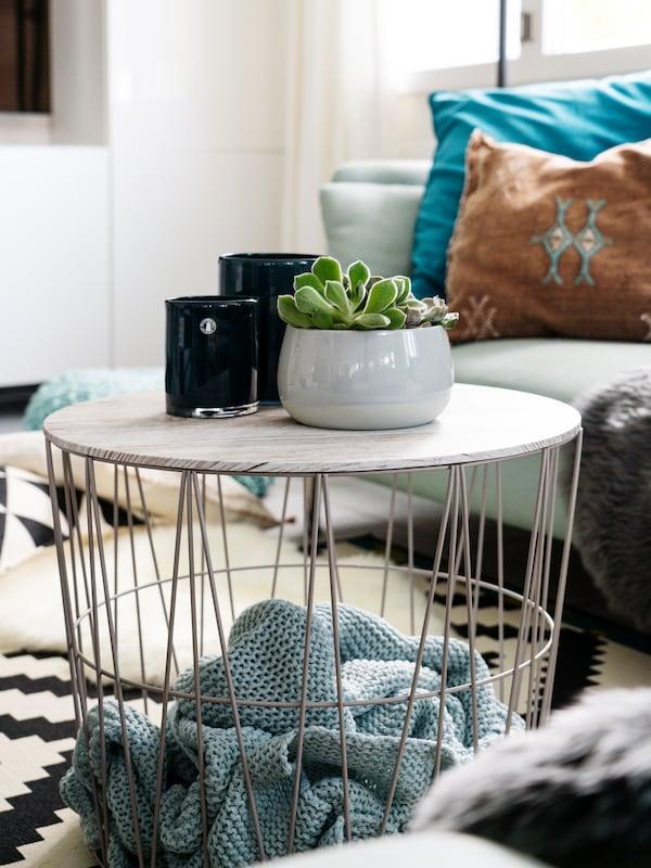Dekorative Accessoires wie IKEA Teelicht und IKEA Pflanze sorgen für eine gemütliche Stimmung.