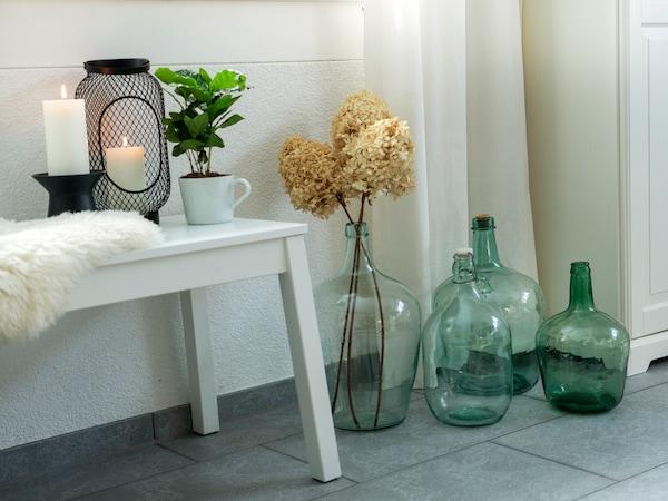 Dekorative IKEA Vasen in Kombination mit IKEA Kerzen und IKEA Laternen in gemütlicher Atmosphäre Zuhause.