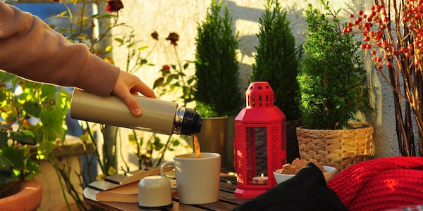Dem gemütlichen Platz im Freien und dampfendem Kaffee kann niemand widerstehen.