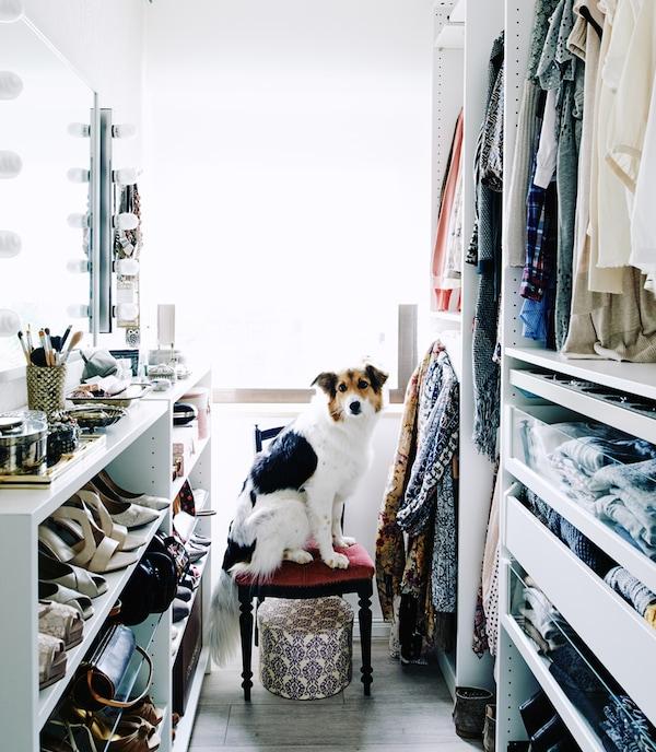 Der begehbare Kleiderschrank von Mona. BILLY Regale und PAX Kleiderschrank ermöglichen einen offenen, zugänglichen Raum.