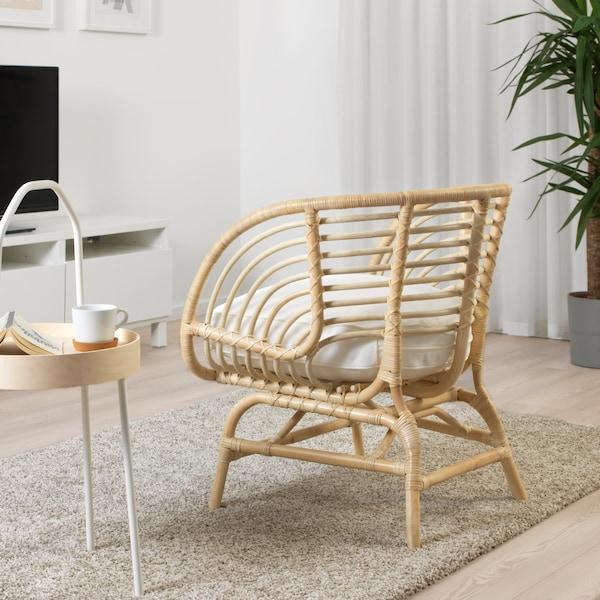 Der BUSKBO Sessel in voller Aufnahme betrachtet von hinten in einem Wohnzimmer