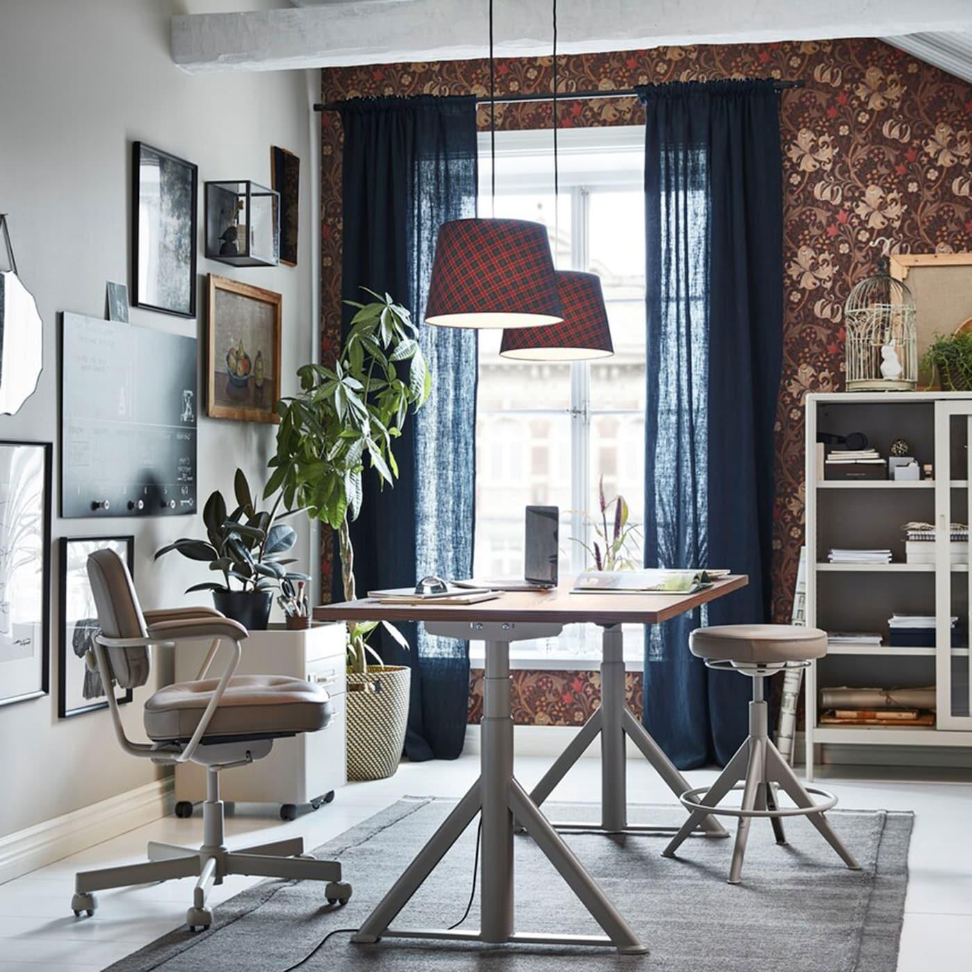 Der IKEA IDÅSEN Sitz- und Stehschreibtisch in Braun/Beige, Schubladenelement und Vitrine sind funktionelle, moderne Möbel, mit denen sich dein Heimarbeitsplatz ausgewogen einrichten lässt.