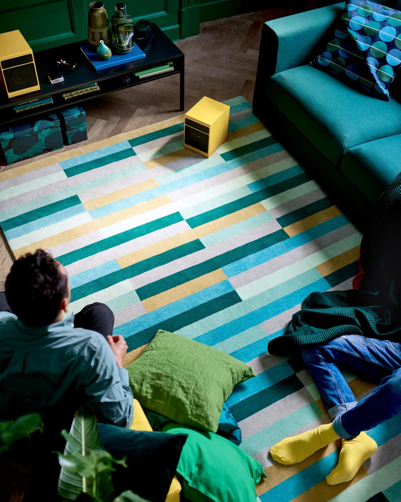 Der IKEA KRÖNGE Teppich wird von erfahrenen Kunsthandwerkern unter guten Arbeitsbedingungen von Hand gewebt. Somit ist jeder Teppich ein echtes Einzelstück. Helle Farben schaffen eine entspannte Atmosphäre, während sich der dichte Flor unter deinen Füßen nicht nur unverschämt bequem anfühlt, sondern auch geräuschdämmend wirkt.