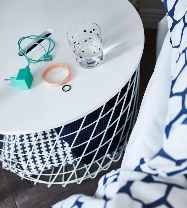 Der moderne IKEA KVISTBRO Aufbewahrungstisch in weiss ist ideal für kleine Wohnzimmer. Hier kommen Bettwäsche, Kissen und andere Dinge unter, die deine Gäste für die Nacht brauchen.