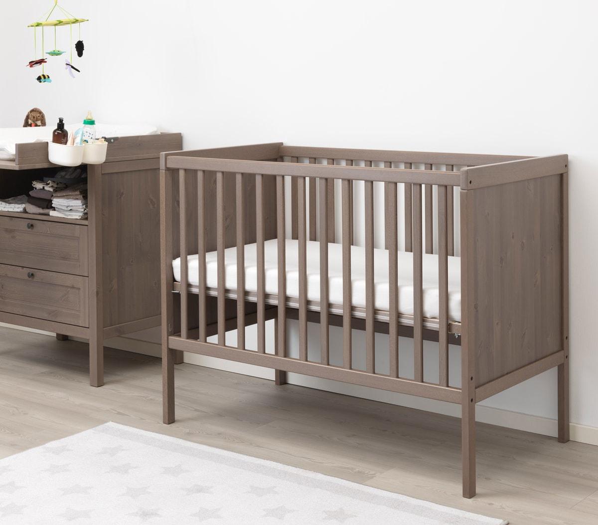 Деревянная кроватка из массива бука серо-коричневого цвета