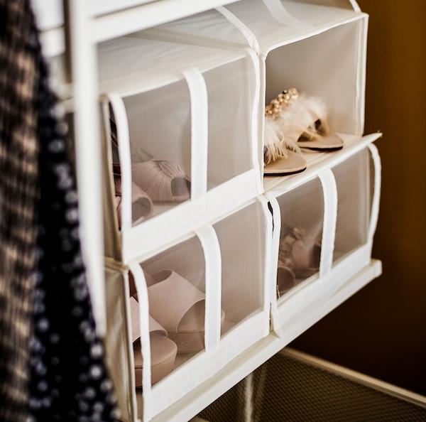 Des boîtes à chaussures SKUBB blanches, remplies de chaussures diverses.