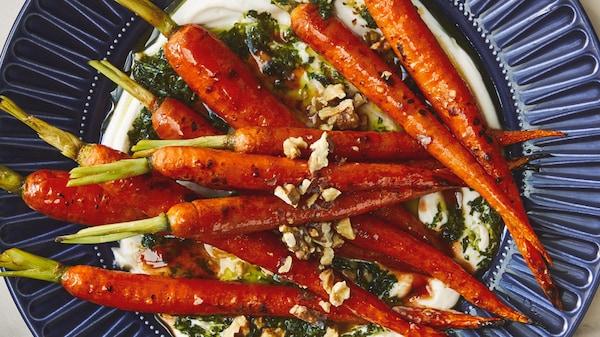 Des carottes rôties au miel et à la sriracha magnifiquement présentées dans une assiette.
