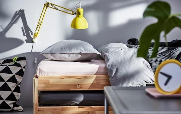 Des idées astucieuses pour votre petite chambre à coucher? Pensez à IKEA UTÅKER, le lit qui se transforme en canapé!