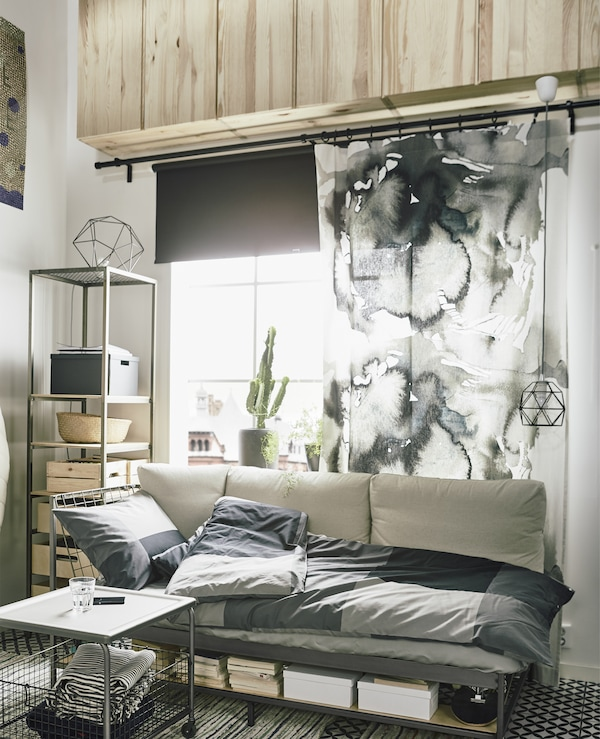 Des idées d'ameublement pour espace compact? IKEA propose un large assortiment de meubles pour espaces compacts. Ici, nous avons travaillé en hauteur pour libérer l'espace au sol. Utilisez une rangée d'armoires IVAR pour ranger les choses dont vous n'avez pas besoin tous les jours. Utilisez une échelle facile à déplacer pour avoir accès aux armoires.
