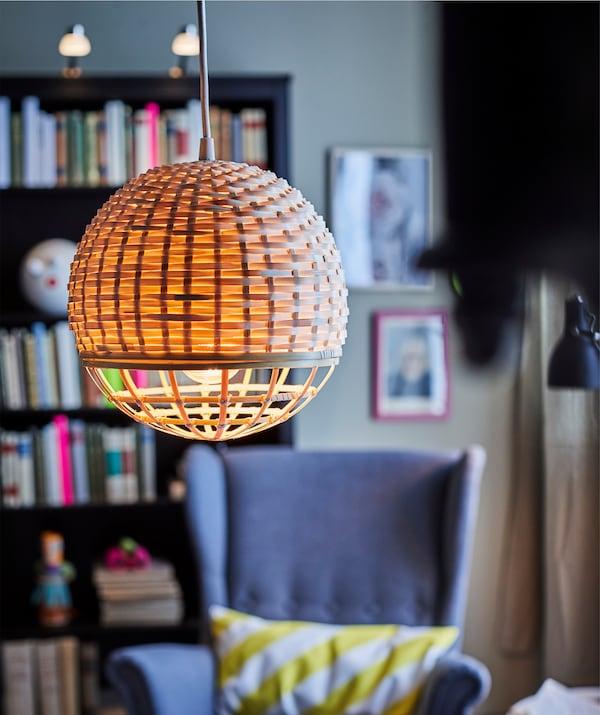 Des lampes qui sont aussi élégantes que fonctionnelles, comme IKEA INDUSTRIELL, sont idéales dans un séjour.
