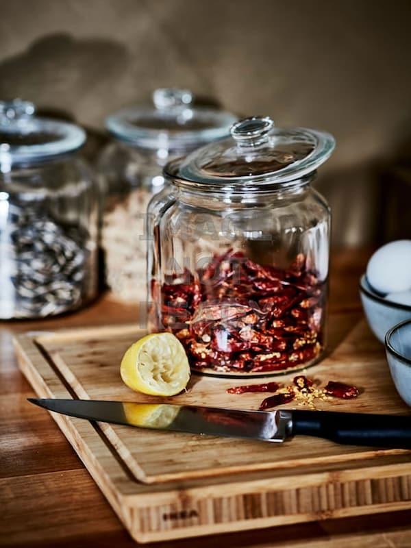 Des pots en verre contenant des épices.