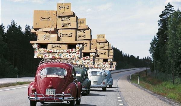 Des voitures chargées de paquets et de cartons de déménagement IKEA