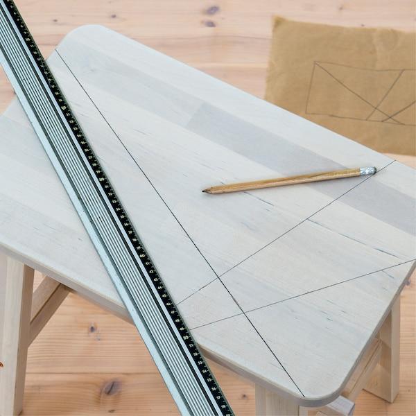 dessiner les lignes du motif à l'aide d'une règle et d'un crayon