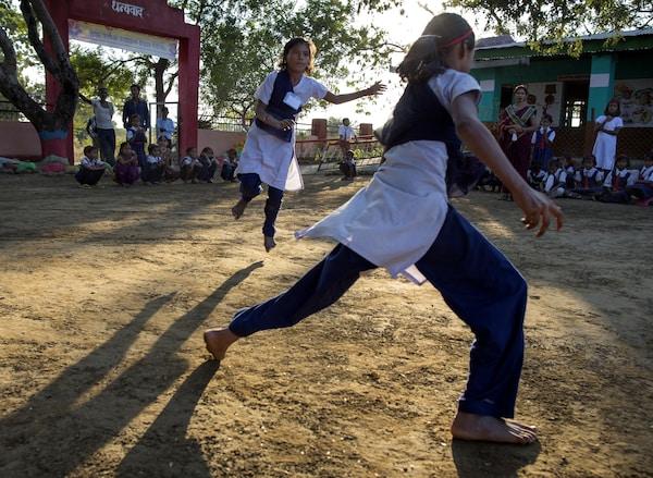 Det er kveld i et land i Asia, og noen jenter løper rundt i en skolegård.