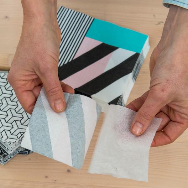 Détachez la couche supérieure de chaque serviette de façon à obtenir une fine feuille de papier.