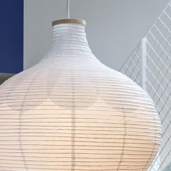 Detail stínidla RISBYN ve tvaru cibule z rýžového papíru