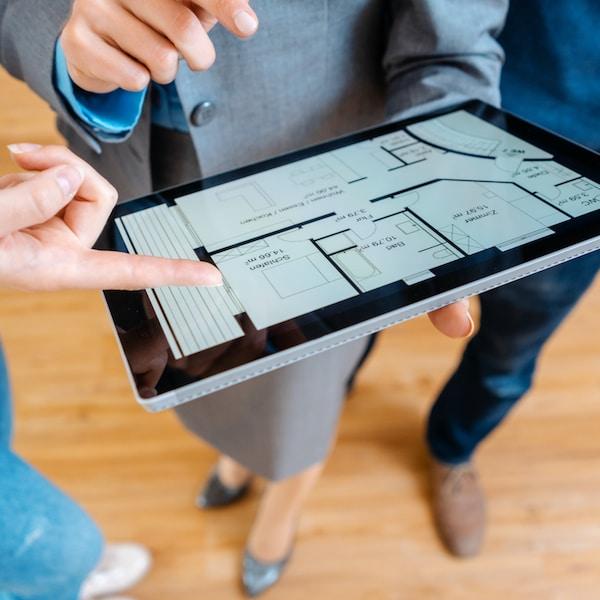 Detail tabletu na kterém si zákazník a designér IKEA ukazují návrh bytu.