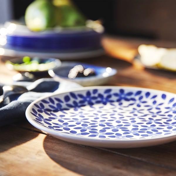 Detail talíře MEDLEM se zvýšenými okraji a modrým květinovým vzorem