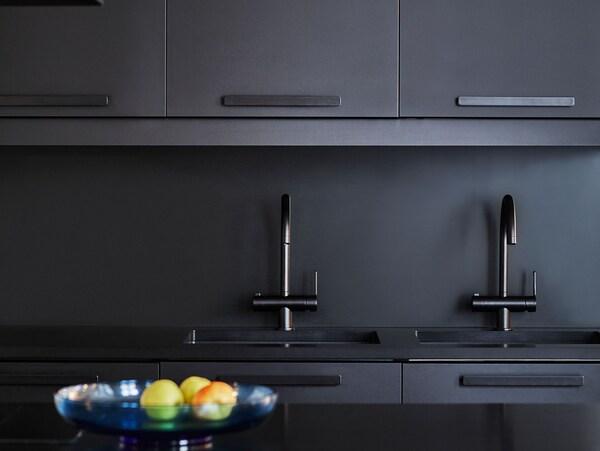 Detailansicht einer Küche mit KUNGSBACKA Küchenfronten in Schwarz, die aus recycelten PET-Flaschen hergestellt werden