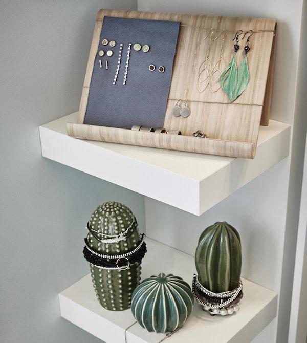 Detalle de la estantería dentro del vestidor con el soporte para tabletas RIMFORSA en bambú para exponer las joyas.