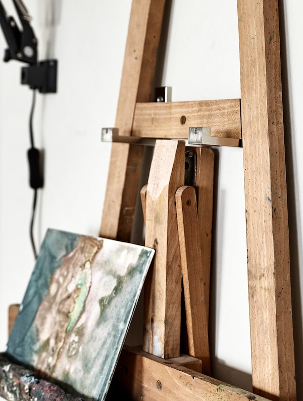 Detalle de un caballete colgado en una pared.