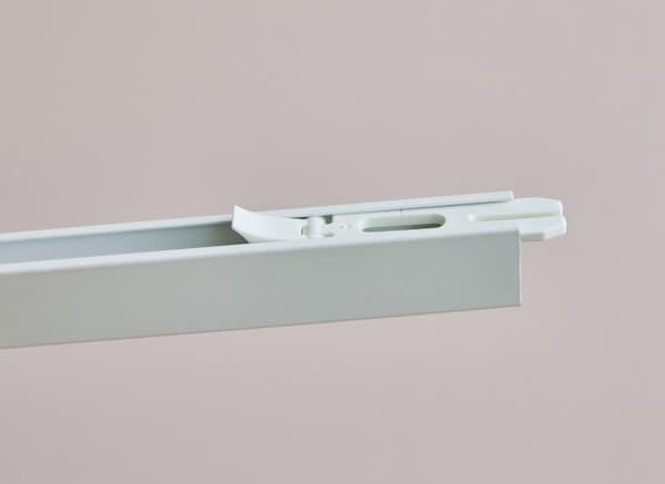 Detalle de un riel del sistema de rieles VIDGA de IKEA.