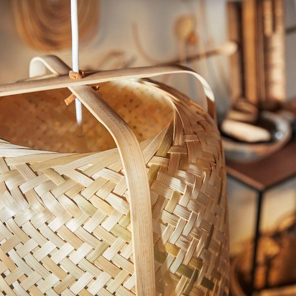 Detalle de una lámpara de techo KNIXHULT que destaca las variaciones del bambú claro y oscuro.