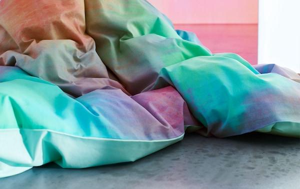 Detalle de una manta de varios colores.