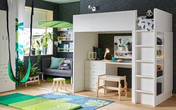 Detská izba v zelenej a bielej farbe s témou amazonského pralesa s vysokou posteľou STUVA/FRITIDS so 4 zásuvkami/2 dvierkami.