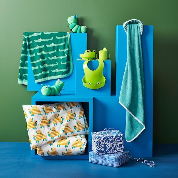 Dětské povlečení, plyšové hračky, ručník, osuška a sada dětského nádobí.