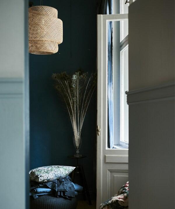 Deuropening van een donkere kamer met een hanglamp