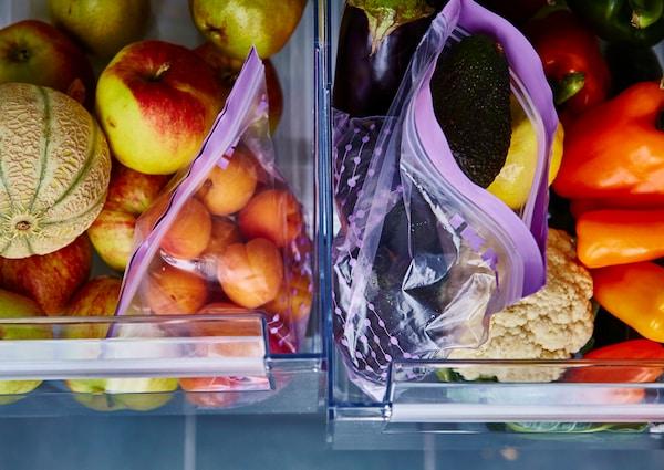 Deux bacs à légumes ouverts, avec fruits dans l'un et légumes dans l'autre.