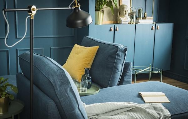 Deux méridiennes meublent un séjour peint dans un vert profond.
