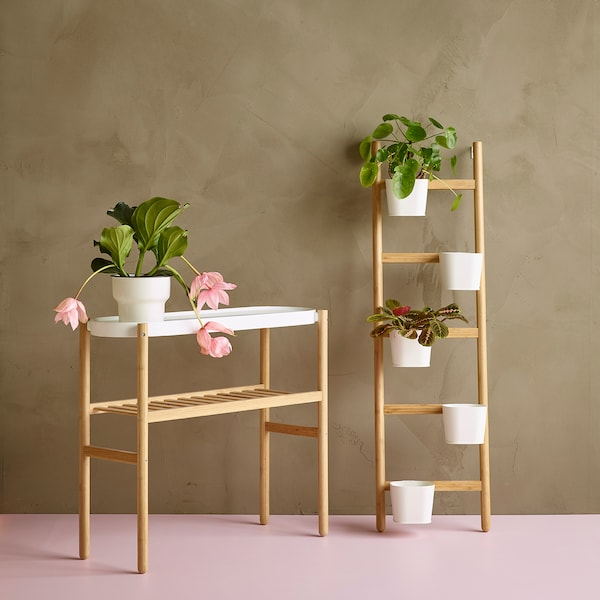 Deux supports pour plantes SATSUMAS contenant diverses plantes vertes et fleurs roses.