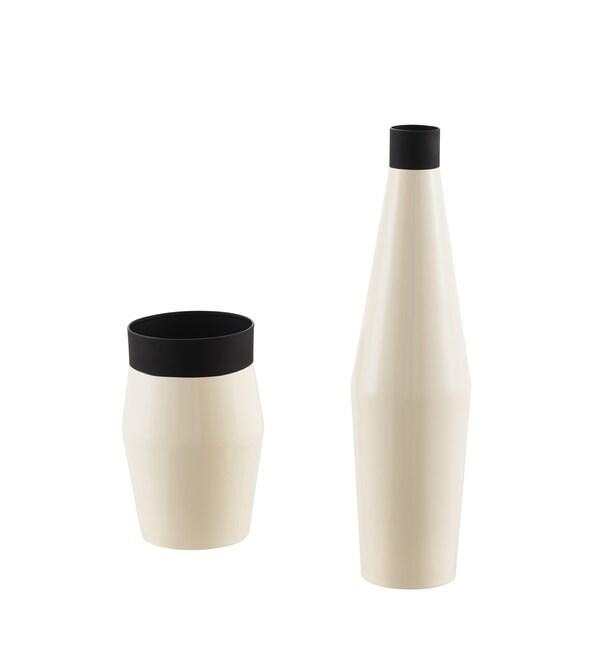 Deux vases de tailles différentes, en noir et ivoire.