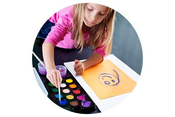 Девочка рисует красками МОЛА в детской