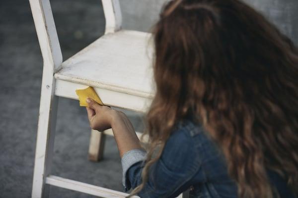 девушка протирает стул
