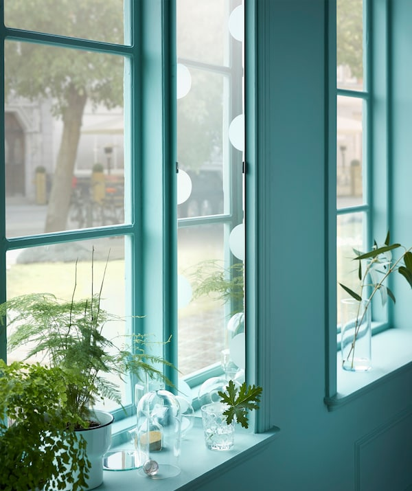 ضع مرآة في كوّة النافذة العميقة لتعكس شرفتك المزهرة أو الفناء! جرّب استخدام المرآة الطويلة والرقيقة LUNDAMO من ايكيا!