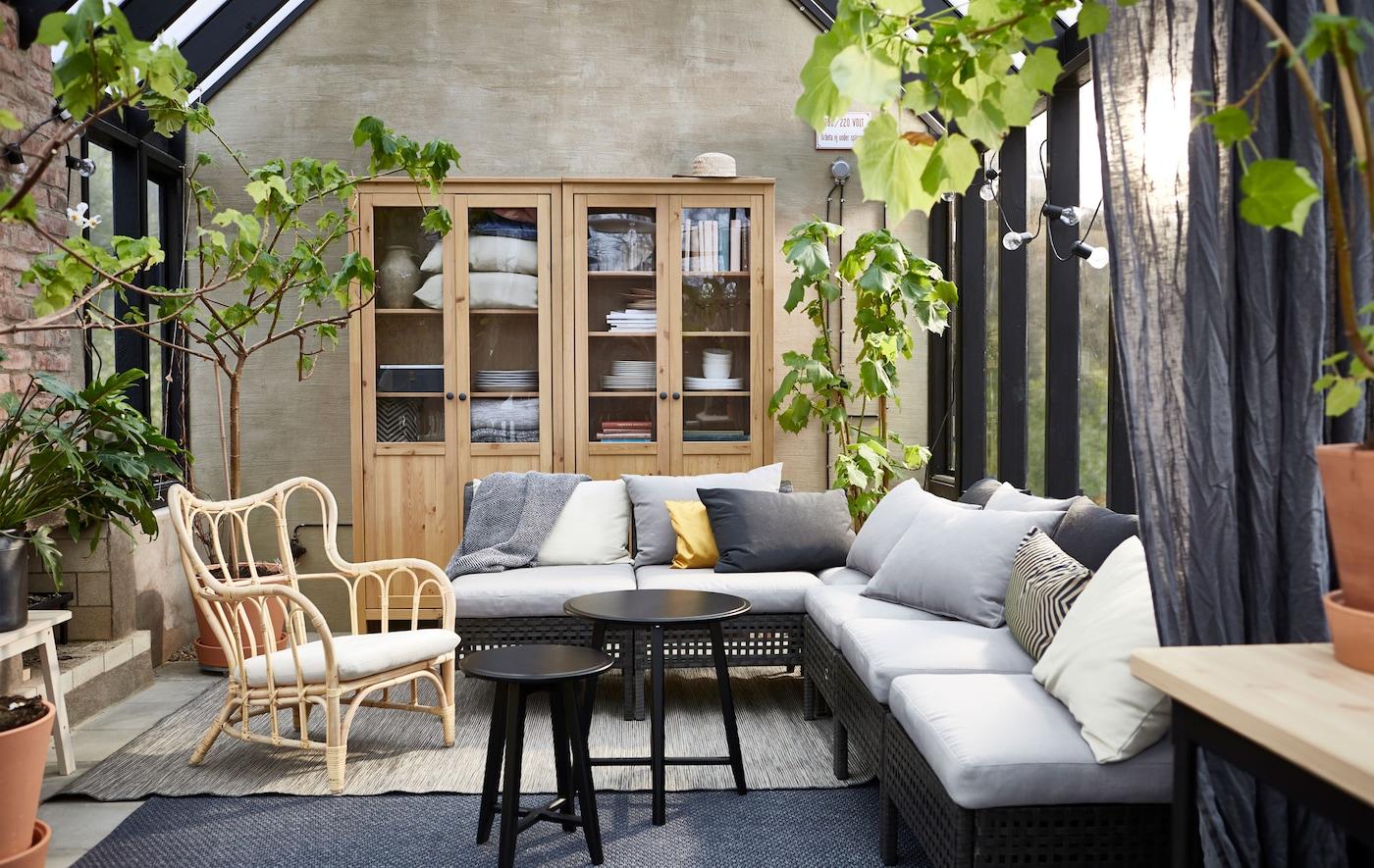 Die Elemente der KUNGSHOLMEN Sitzserie für den Außenbereich lässt sich an den verfügbaren Platz anpassen.
