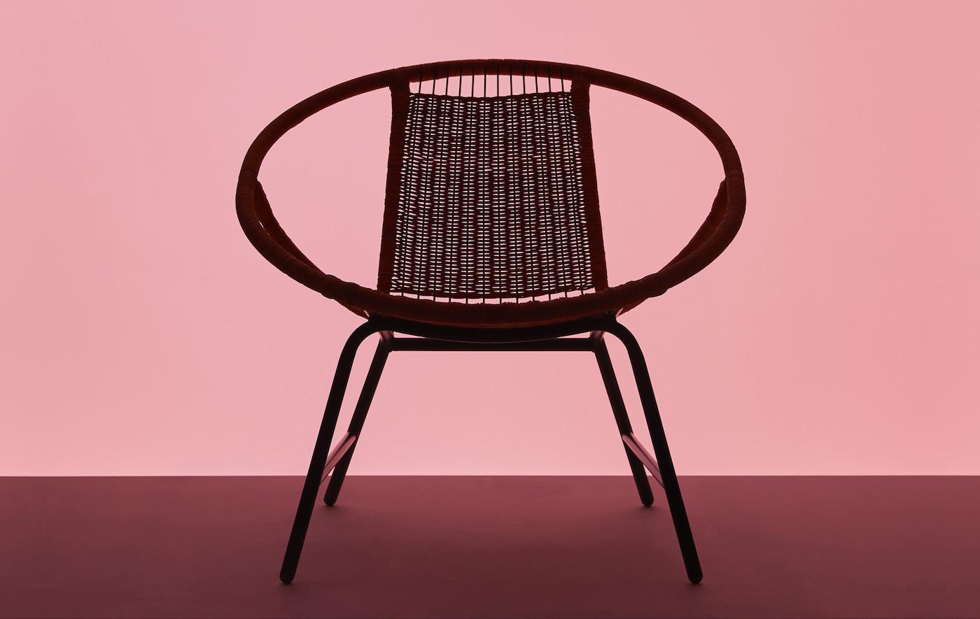 Die Form von GAGNET Sessel vor einem rosafarbenen Hintergrund