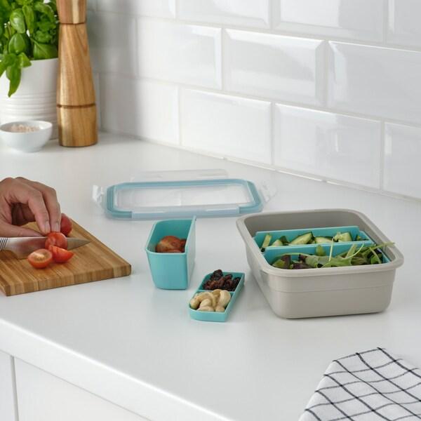 Die gesunden Snacks für unterwegs vorbereiten mit den Behältern und Lunchboxen der IKEA 365+ Serie