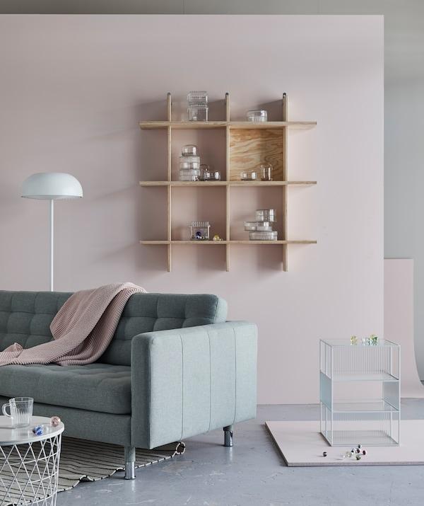 Die klare Linienführung von LANDSKRONA 3er-Sofagestell Gunnared hellgrün, kombiniert mit spärlich gefüllten Regalen und jeder Menge unverstellter Boden- und Wandfläche, schafft entspannte Ruhe im Raum.