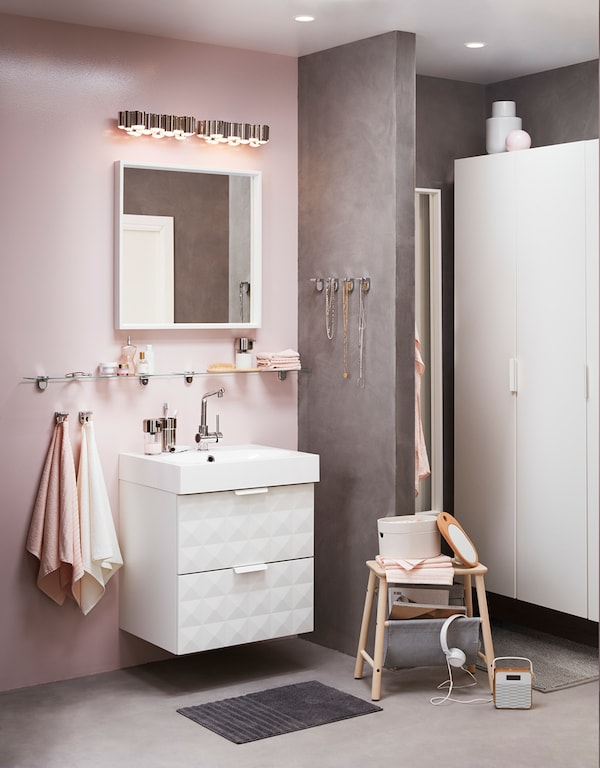 Die richtige Beleuchtung ist gerade im Bereich des Spiegels wichtig – vor allem, wenn das Badezimmer kein Fenster hat.