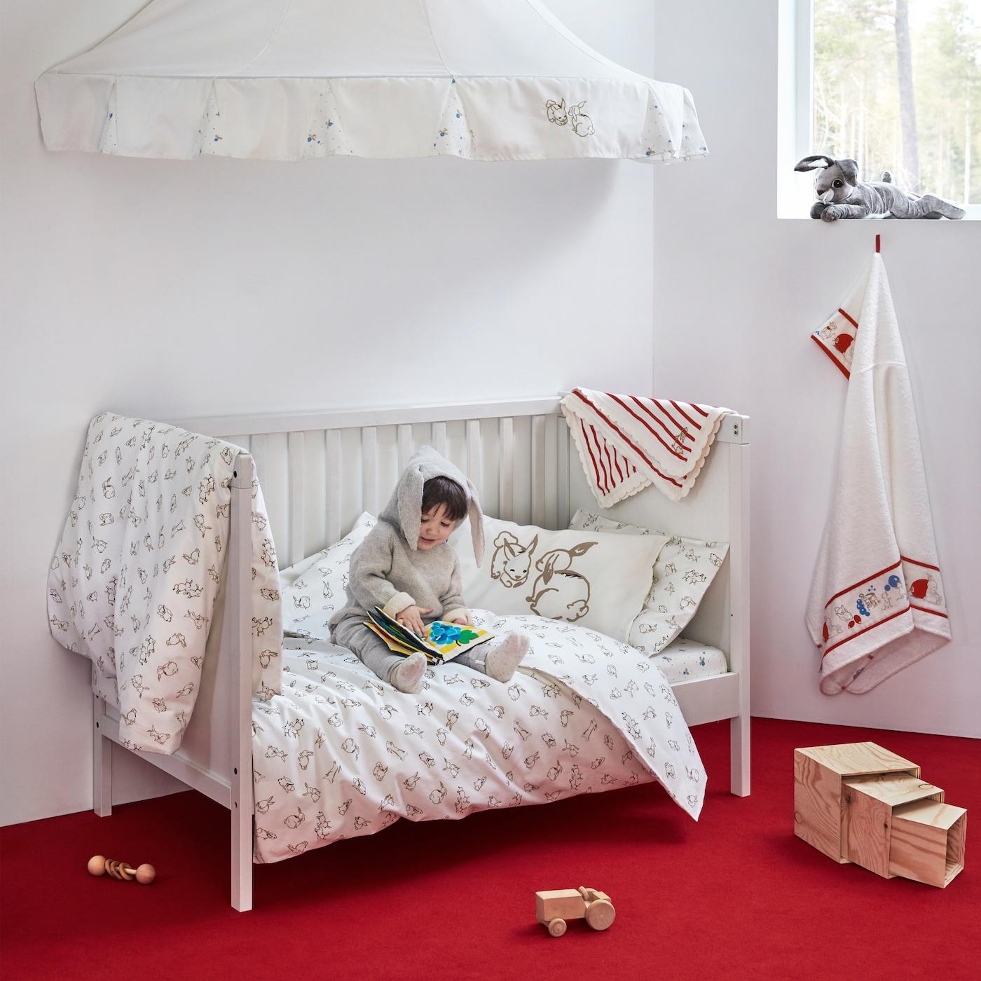 Die RÖDHAKE Babytextilkollektion bietet auf Bettwäsche, Decke, Betthimmel und mehr freundliche Muster, die von schwedischen Märchenwelten inspiriert sind.
