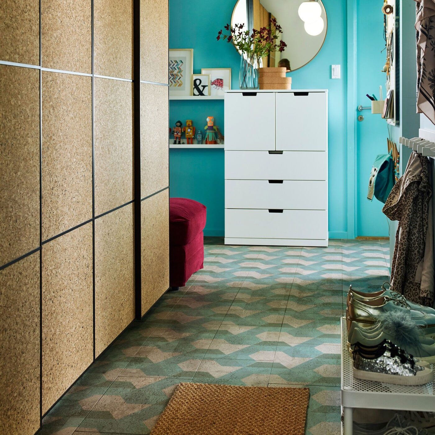 Dieser kleine Flur verfügt über einen IKEA PAX-Kleiderschrank mit KIRKENES-Korkschiebetüren zur Aufbewahrung von Kleidung. Es ermöglicht der Familie, die Kreationen ihrer Kinder vorzuführen.