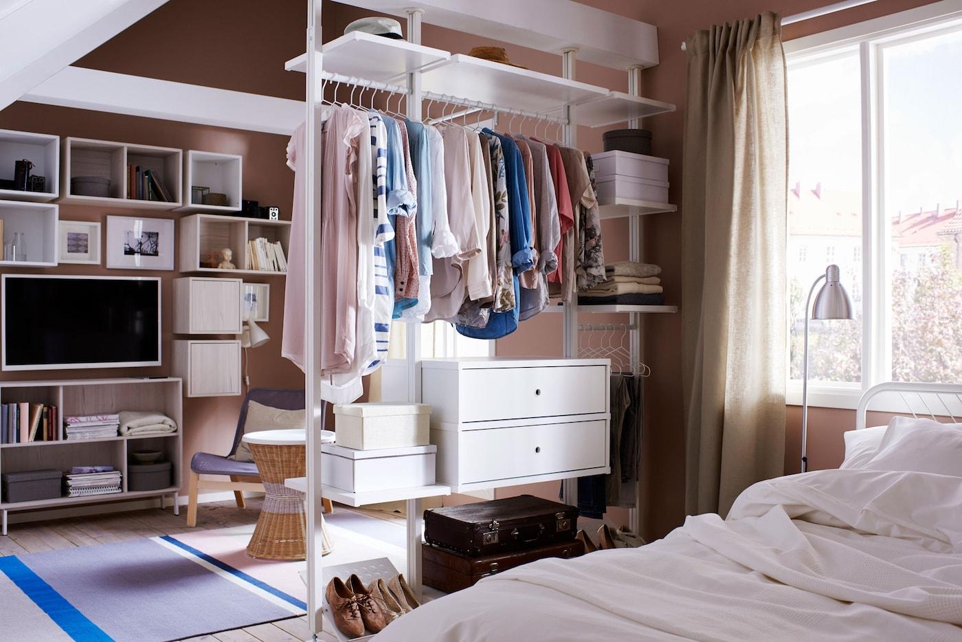 Dieser offene Kleiderschrank dient gleichzeitig als Raumteiler im Boutiquestil.