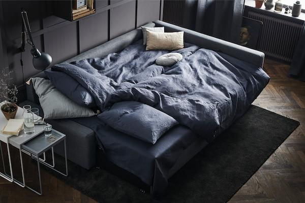 """Dieses IKEA FRIHETEN Eckbettsofa mit Bettkasten mit Bezug """"Skiftebo"""" in Grau verwandelt sich schnell und einfach in ein geräumiges Bett – es ist Sofa, Récamiere und Doppelbett in einem! Der Récamierenteil lässt sich ganz nach Wunsch oder Bedarf an beiden Seiten des Sofas befestigen."""